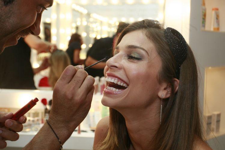 Grazi Massafera é maquiada no camarote Brahma na Sapucaí, Rio de Janeiro (14/2/2010)