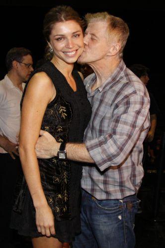 Grazi ganha um beijo de Miguel Falabella na apresentação número 100 do musical