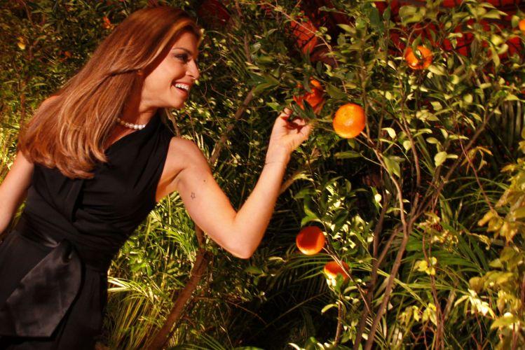 Grazi Massafera posa ao lado de árvore no Prêmio Guia Comer e Beber da revista