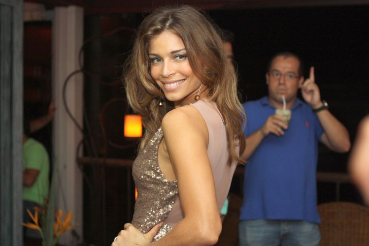 Grazi Massafera em festa de marca de produtos de beleza em Búzios (15/1/2011)
