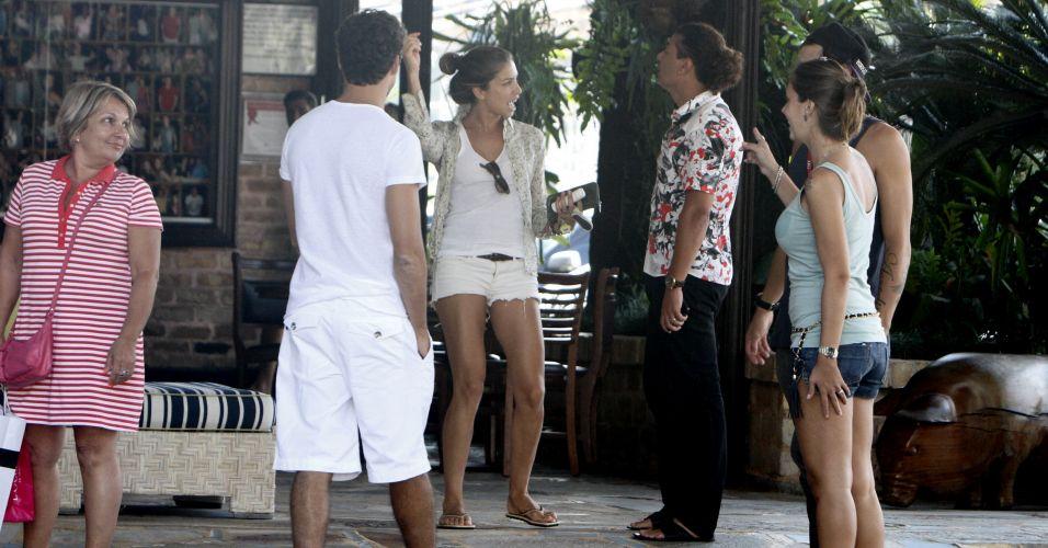 Grazi Massafera conversa com David Brazil (ao centro) e amigos na saída de uma churrascaria do Rio de Janeiro (6/2/2011)