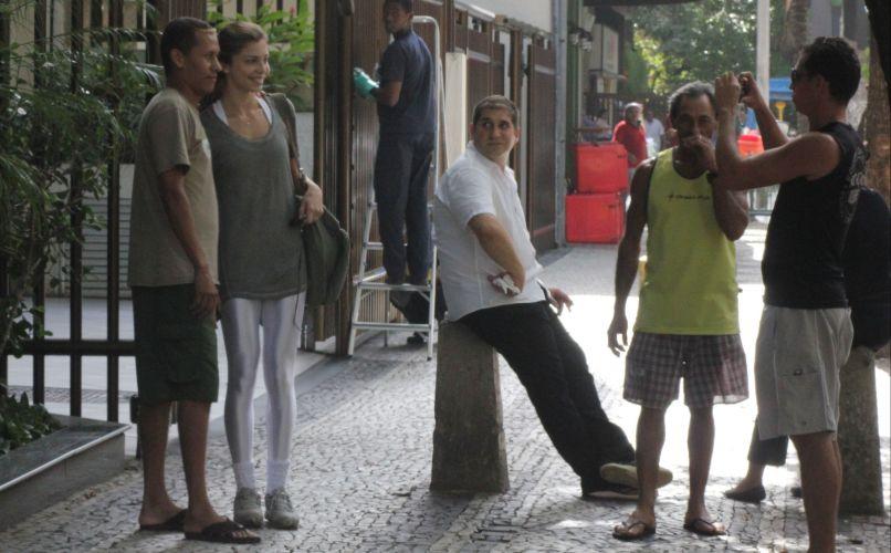 Grazi posa com fãs em rua do Leblon, Rio de Janeiro (12/5/2011)