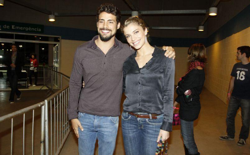Cauã e Grazi posam juntos antes do show de Jack Johnson no HSBC Arena, Rio de Janeiro (5/6/2011)