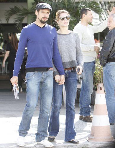Cauã e Grazi saem de mãos dadas de um restaurante na Barra da Tijuca, Rio de Janeiro (11/6/2011)