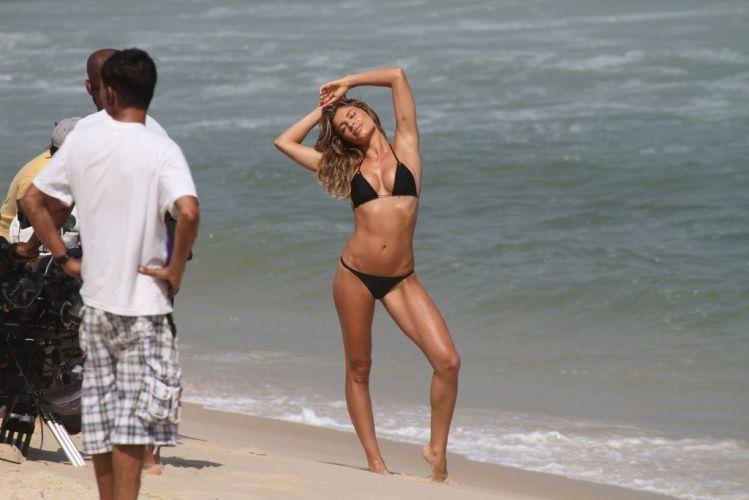 Grazi Massafera faz poses para a gravação de um comercial de protetor solar na Praia da Reserva, no Rio de Janeiro (01/10/11)