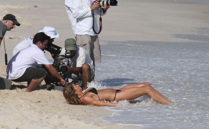 Água do mar assusta a atriz Grazi Massafera durante a gravação de um comercial na Praia da Reserva, no Rio de Janeiro (01/10/11)