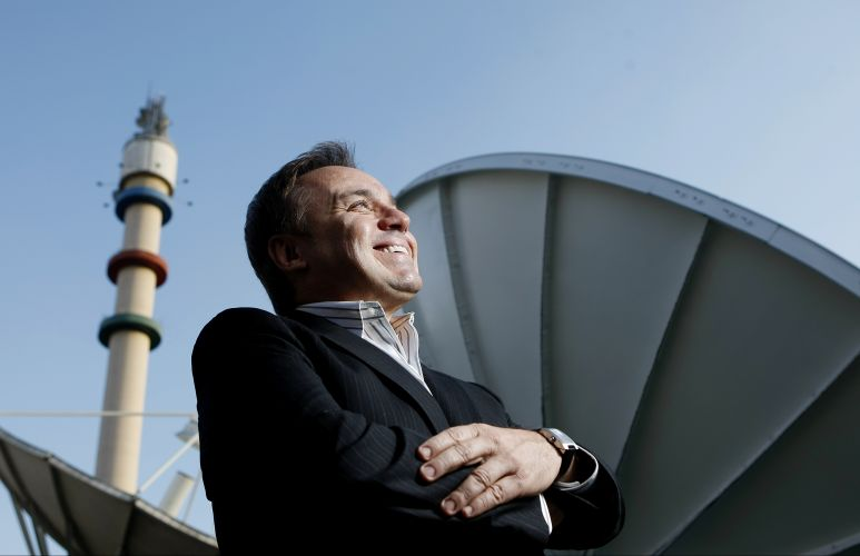 Gugu Liberato posa em frente às antenas de transmissão da Record, durante entrevista para a Folha de S.Paulo, logo após trocar o SBT pela emissora do Edir Macedo (8/7/2009)
