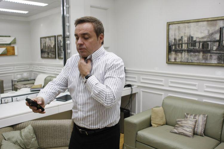 Gugu confere mensagens no seu celular, no camarim da Rede Record, durante entrevista para o jornal