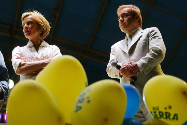 Rita Camata e Gugu Liberato vão a comício de José Serra, na época candidato à presidência, na cidade de Tupã (SP) mas Serra não comparece ao evento (27/8/02)