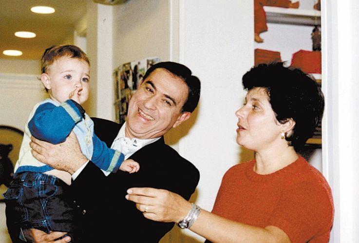 Amaury Jr. segura João Augusto, filho de Gugu Liberato, exposto pela primeira vez em reportagem de TV na estreia do colunista social na Rede TV! (15/11/02)