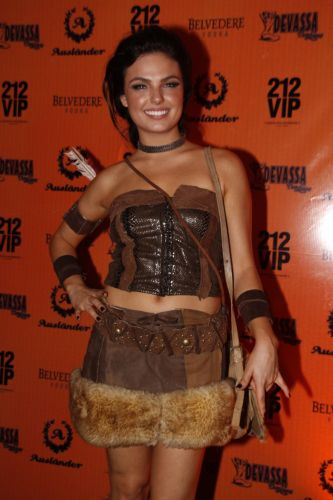 A atriz sis Valverde incorporou a Pocahontas em festa de Halloween, no Rio (28/11/10)