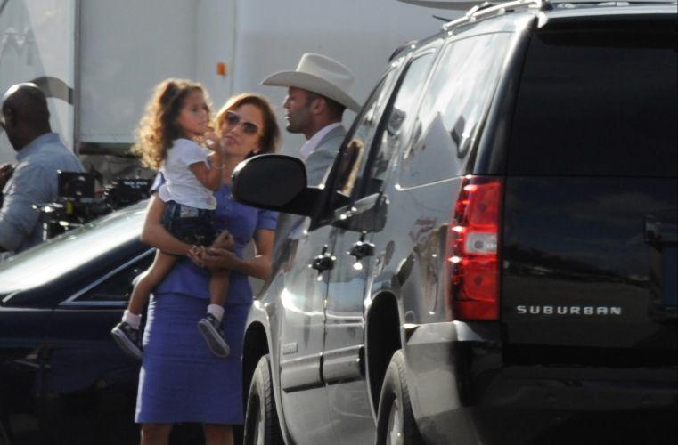 Jennifer Lopez recebe a visita da filha Emme Maribel e a apresenta para seu parceiro de cena, Jason Statham, em Palm Beach, na Flórida (21/9/11). Os dois estão rodando o filme