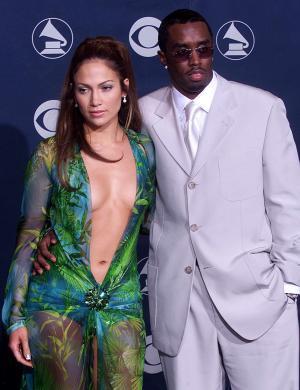Com esta roupa sexy, J. Lo apresenta o Grammy ao lado de seu namorado, P. Diddy (feb/2000)