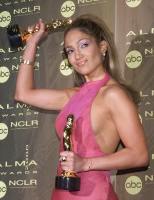 Jennifer exibe seus dois prêmios ALMA, premiação que reconhece artistas latinos (abr/2000)