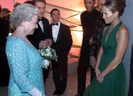 J. Lo conhece a rainha Elizabeth 2ª no Dominion Theatre, em Londres (nov/2001)