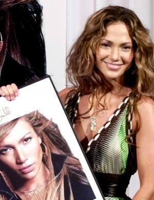 J. Lo exibe 2º disco de platina por vender 200 mil cópias de