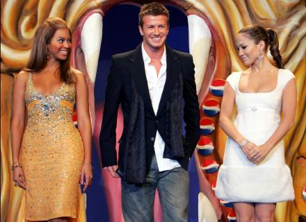 Com Beyoncé (dir.) e David Beckham, J. Lo apresentou nova versão de Pepsi (fev/2004)