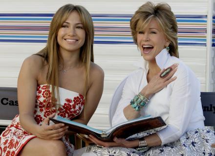 J. Lo ao lado de Jane Fonda durante as gravações de