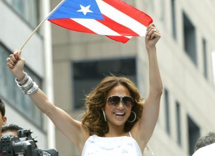 J. Lo desfila na parada de Porto Rico em NY com a bandeira do país latino (jun/2007)