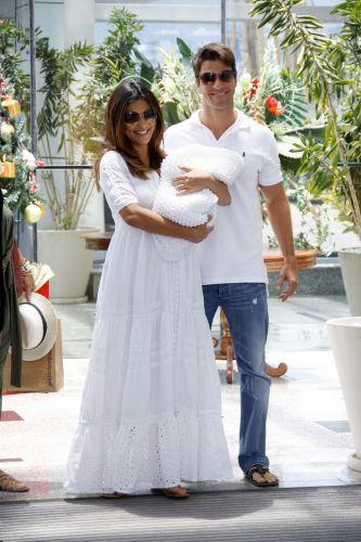 Dois dias depois de dar à luz Pedro, seu primeiro filho, Juliana Paes deixa a maternidade carioca junto com o bebê e o marido, Carlos Eduardo, na manhã de sábado (18/12/2010)