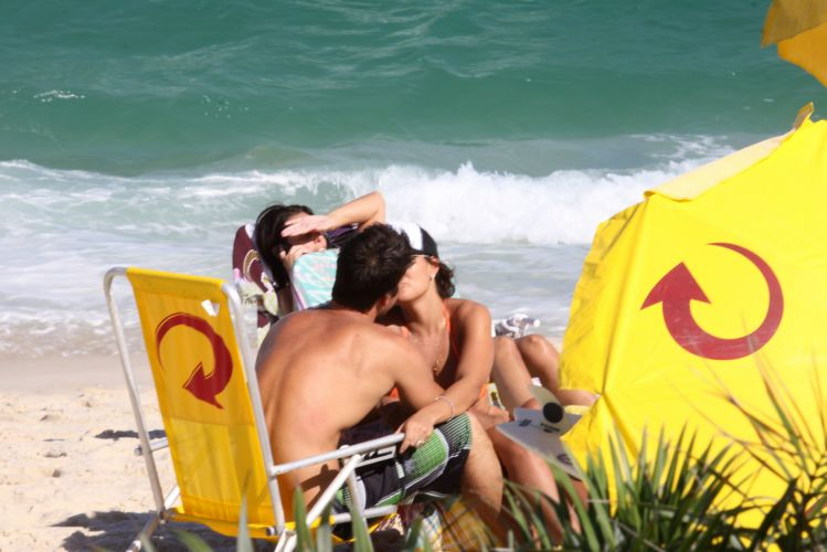 Juliana Paes curte uma tarde de sol e romance com o marido Carlos Eduardo Baptista, na Barra da Tijuca, Rio de Janeiro (1/5/2010)