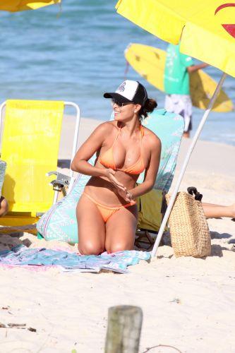 Juliana Paes foi à praia junto com o marido, Carlos Eduardo Baptista, no feriado do Dia do Trabalho. A atriz se divertiu, descansou e namorou nas areias da Barra da Tijuca (1/5/2010)