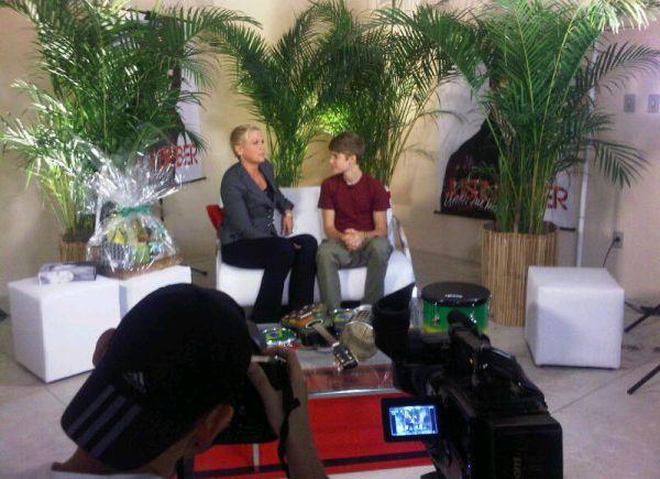 Justin Bieber dá entrevista para Xuxa, nos camarins do Engenhão, no Rio, antes de se apresentar pela primeira vez no Brasil, na tarde desta quarta-feira (5). A entrevista vai ser exibida no