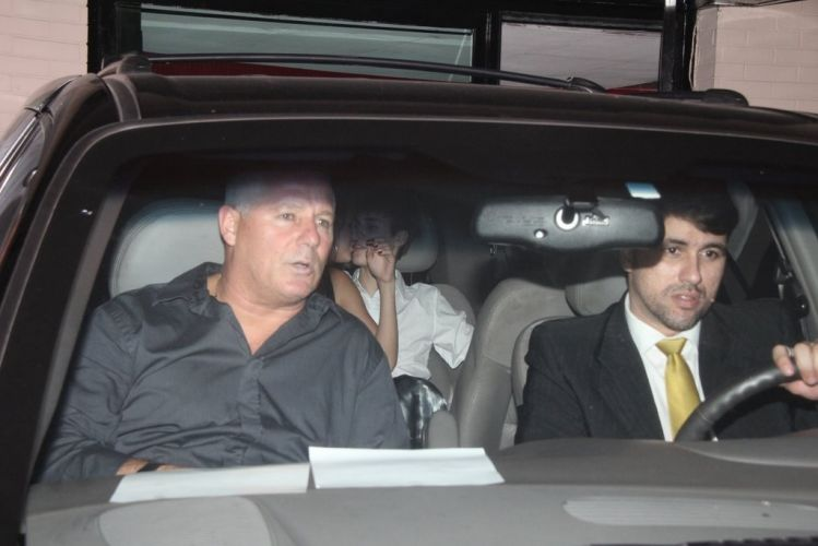 Após seu primeiro show no Brasil, Justin Bieber janta com a namorada, Selena Gomez, e aproveita para trocar carinhos com ela no carro (5/10/2011)