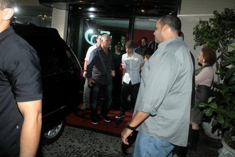 Após seu primeiro show no Brasil, Justin Bieber janta com a namorada, Selena Gomez, no Rio de Janeiro (5/10/2011)