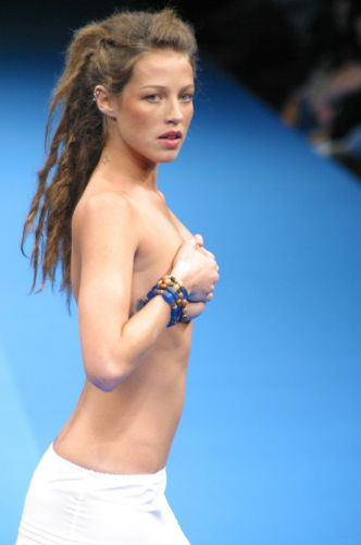 Com dreadlocks se de topless, Luana Piovani desfila para a grife Sandpiper, no Fashion Rio (25/7/02)