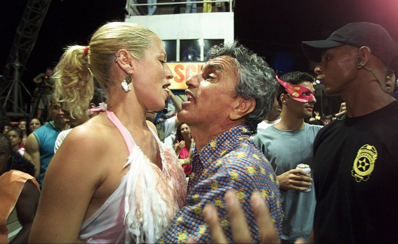 Luana Piovani e Caetano Veloso se encontram durante o Carnaval em Salvador, na Bahia (28/2/03)