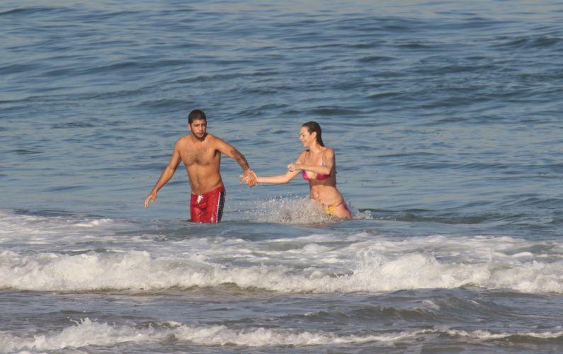 Luana Piovani e o namorado Pedro Viana, conhecido como Scobby, aproveitam o sol carioca na praia do Leblon, Rio de Janeiro (23/5/11)