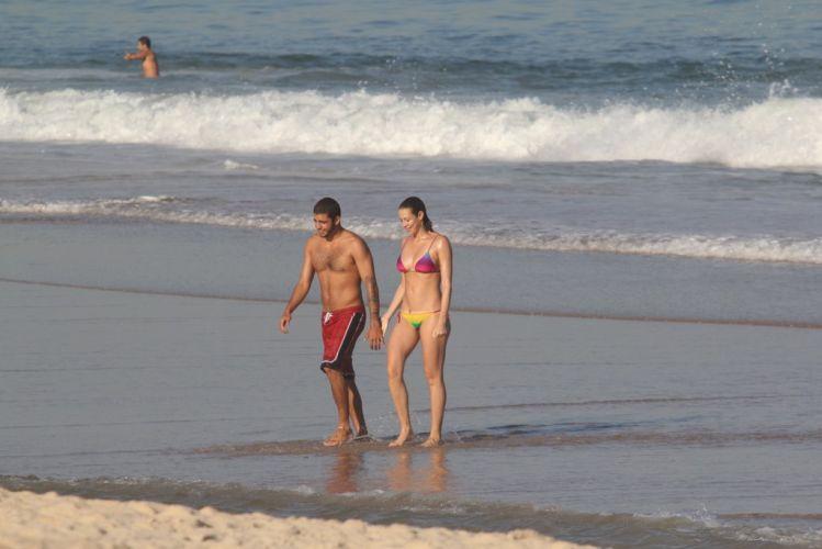Luana e o surfista Pedro se divertem no Leblon, Rio de Janeiro (23/5/11)