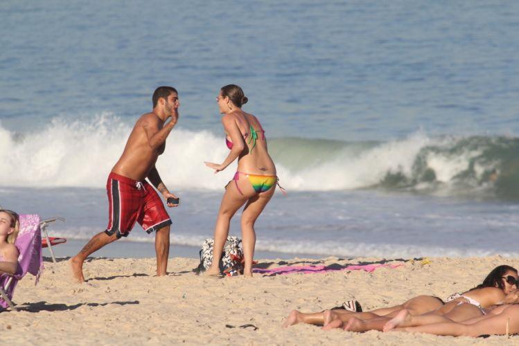 Luana Piovani e Pedro Viana brincam nas areias do Leblon, Rio de Janeiro (23/5/11)