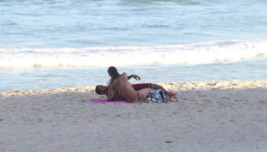 Luana Piovani e o surfista Pedro Viana namoram nas areias do Leblon, Rio de Janeiro (23/5/11)