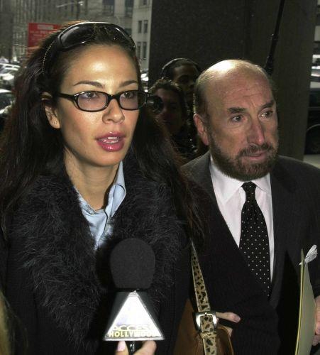 Luciana Gimenez e seu advogado a caminho da audiência sobre a a pensão que o cantor Mick Jagger deverá pagar para o filho que teve com ela, Lucas, em um tribunal de Manhattan, em Nova York (15/3/1999)