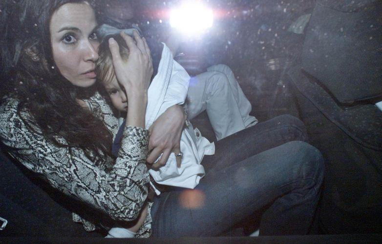 Luciana Gimenez protege o filho Lucas Jagger dos fotógrafos na festa de aniversário de 1 ano do garoto, na Barra da Tijuca, no Rio de Janeiro (23/6/2000)