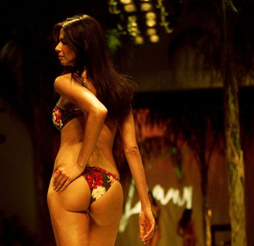 Luciana Gimenez desfila para a griffe