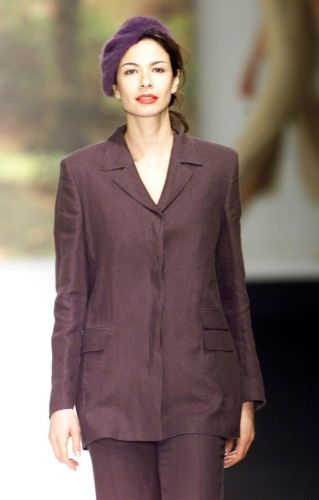 Luciana Gimenez desfila para Paul Costelloe na semana de moda de Londres (23/9/2000)