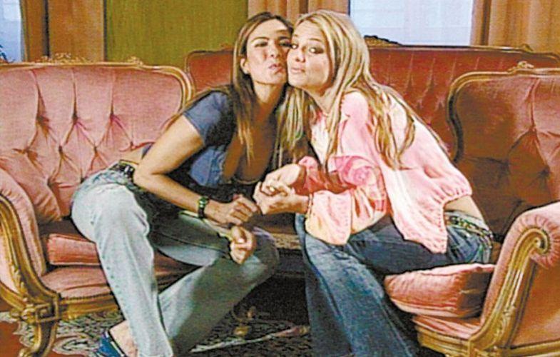 Luciana Gimenez e a cantora Britney Spears após entrevista no festival de San Remo (5/7/2002)