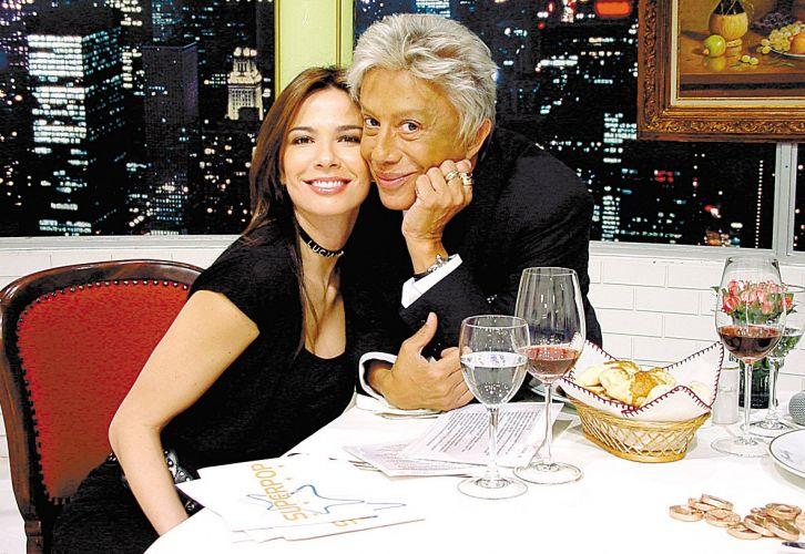 O estilista e apresentador Clodovil posa com Luciana Gimenez após conceder entrevista para o
