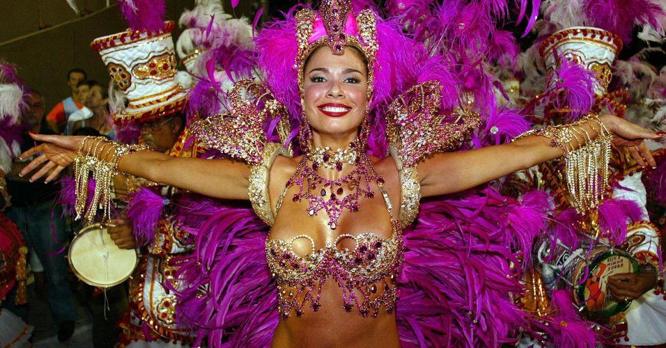 Luciana Gimenez posa com sua roupa de rainha da bateria da escola de samba Grande Rio (3/3/2003)