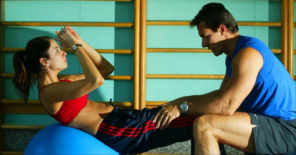 Luciana Gimenez e seu personal trainer Flavio Setomi durante aula de ginástica em academia de São Paulo (5/8/2003)