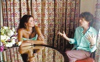 Luciana Gimenez entrevista o roqueiro Mick Jagger em um quarto do hotel Copacabana Palace para seu programa