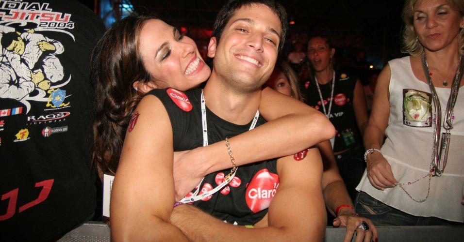 Luciana Gimenez posa para foto com o irmão Marco Antônio nos bastidores do show do Rolling Stones no Rio de Janeiro (28/2/2006)