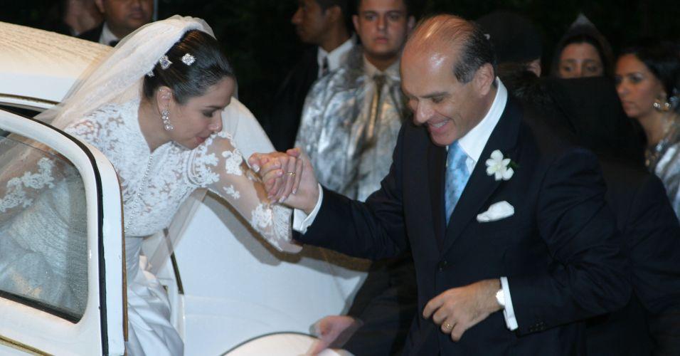 Marcelo Carvalho recebe a noiva Luciana Gimenez para o casamento que aconteceu em Ilhabela, São Paulo (19/8/2006)