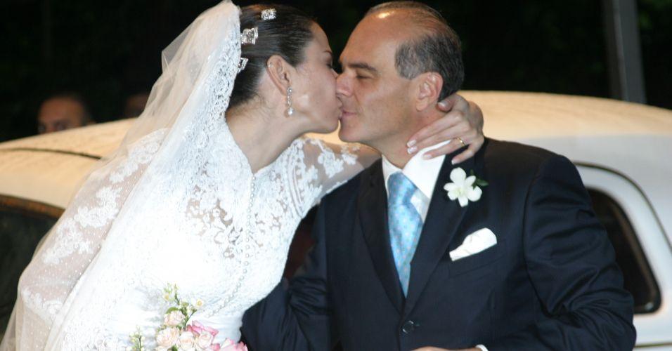 Luciana Gimenez dá beijo no marido, o empresário, Marcelo Carvalho em seu casamento em Ilhabela (19/8/2006)