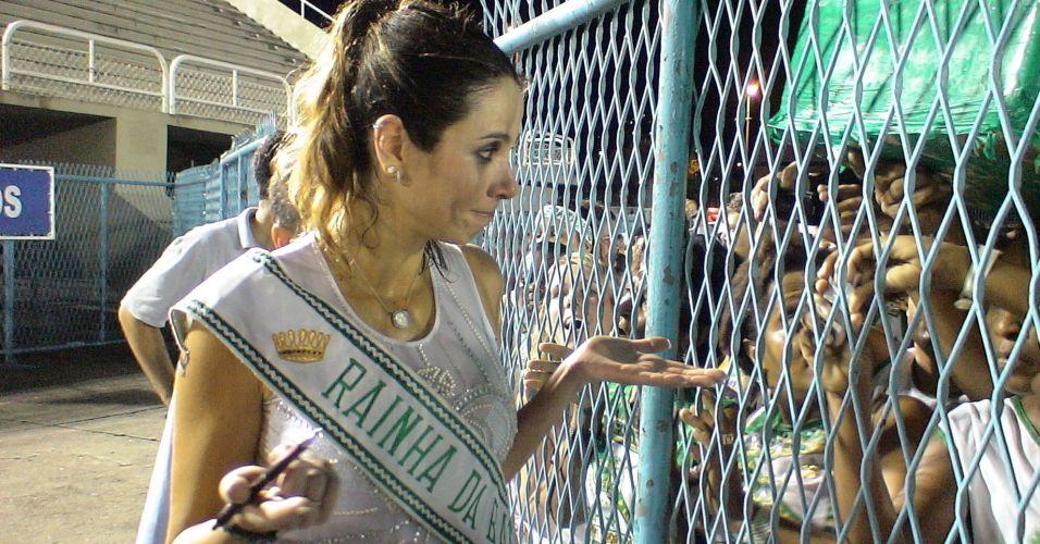 Luciana Gimenez conversa com fãs depois de participar de ensaio com a escola de samba Imperatriz Leopoldinense, no Rio de Janeiro (26/1/2007)