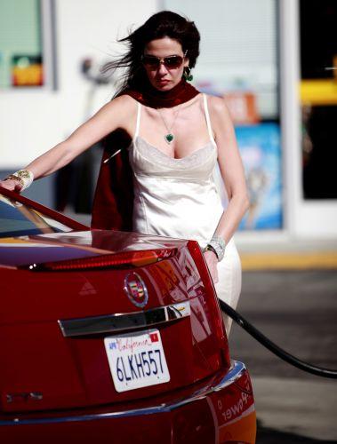 Luciana Gimenez abastece o carro durante viagem à Malibu (20/6/2010)