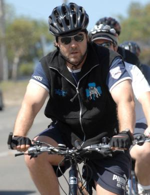 Russell Crowe pedala pelas ruas de Melbourne, na Austrlia (13/3/07)